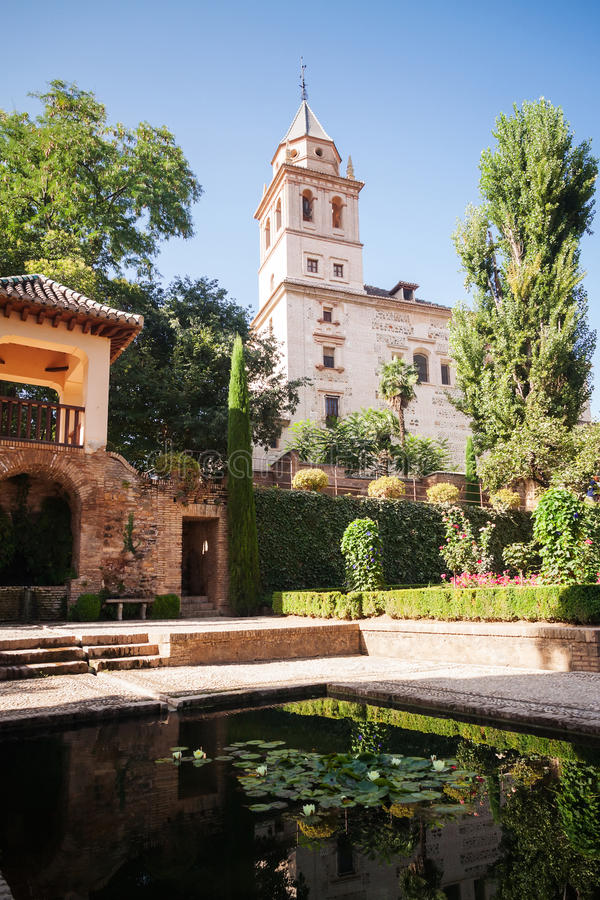 Belltower della st Mary Church nei giardini di Generalife immagini stock