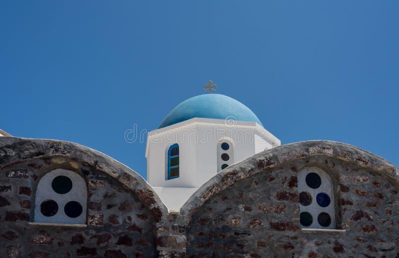 Belltower et cloches sur l'église orthodoxe grecque à Oia photos stock