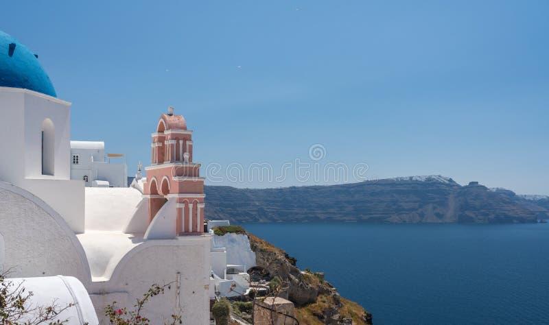 Belltower och klockor på grekisk ortodox kyrka i Oia arkivbilder
