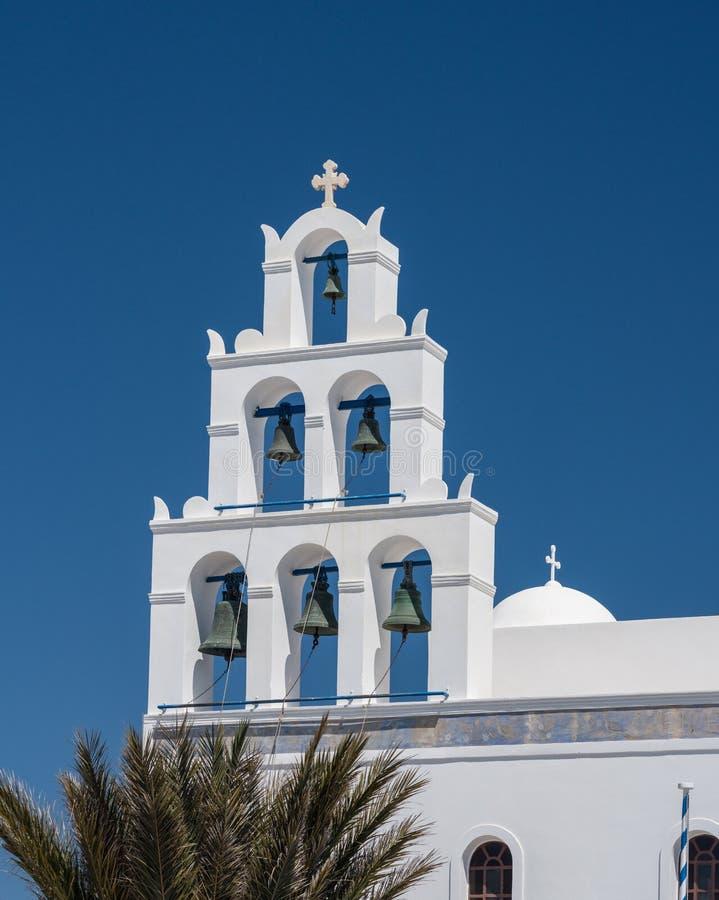 Belltower och klockor på grekisk ortodox kyrka i Oia royaltyfri fotografi