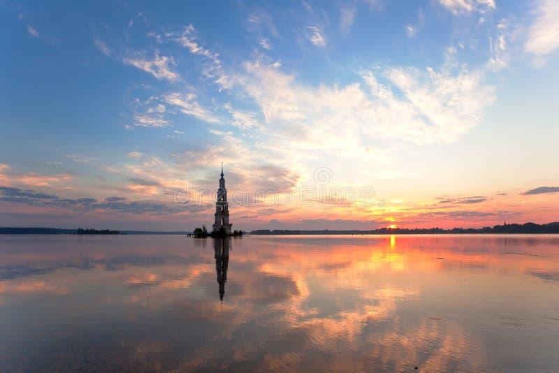 Belltower sommerso in Kalyazin ad alba immagini stock libere da diritti