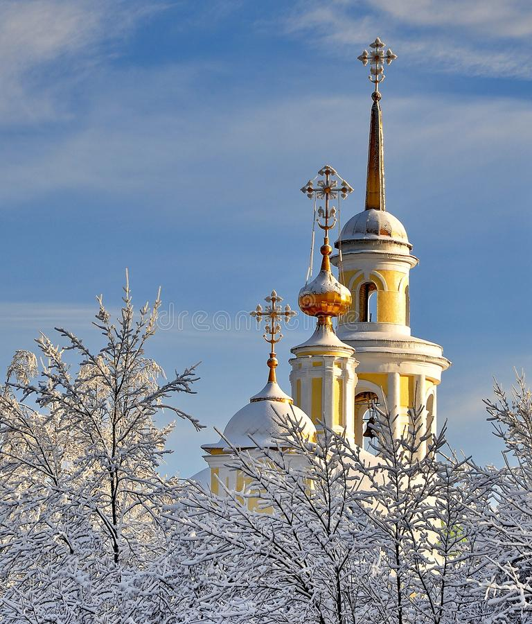 Belltower y las bóvedas de la iglesia contra el cielo azul del invierno Arquitectura ortodoxa de Rusia imagenes de archivo