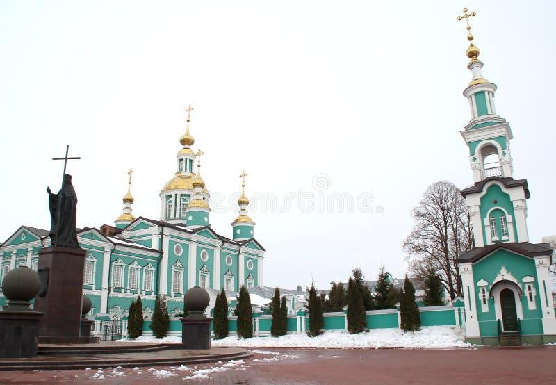 Belltower y monumento al santo Pitirim Obispo de Tambov El Wonderworker 1644-1697 fotos de archivo