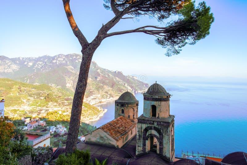 Belltowers d'église dans le village de Ravello avec l'arbre, côte d'Amalfi de l'Italie image stock