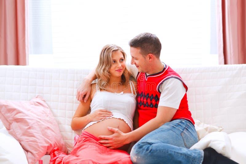 belly его wifes супруга удерживания супоросые стоковые фотографии rf