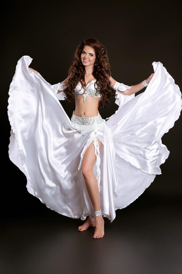 Bellydance Belle femme de danseuse du ventre dans le costume brillant blanc photo libre de droits