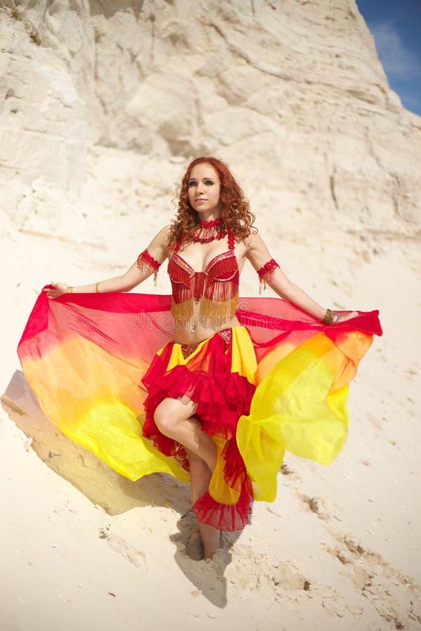 Bellydance dans la robe rouge photographie stock libre de droits