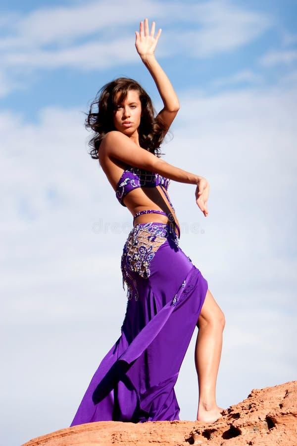 bellydancer χορός αρκετά προκλητι&kapp στοκ φωτογραφία με δικαίωμα ελεύθερης χρήσης