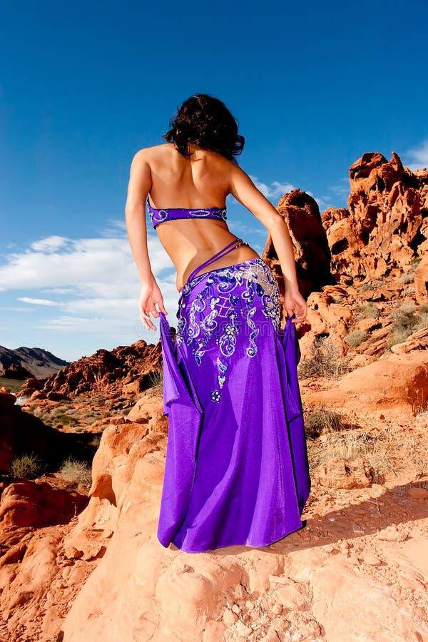 Bellydancer assez sexy de brunette dans le désert photos libres de droits