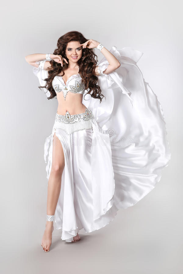 Bellydancer bonito Dança do ventre árabe isolada no parafuso prisioneiro branco fotos de stock