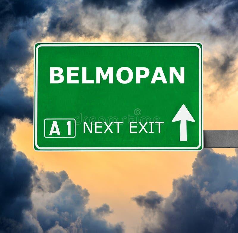 BELMOPAN drogowy znak przeciw jasnemu niebieskiemu niebu fotografia stock