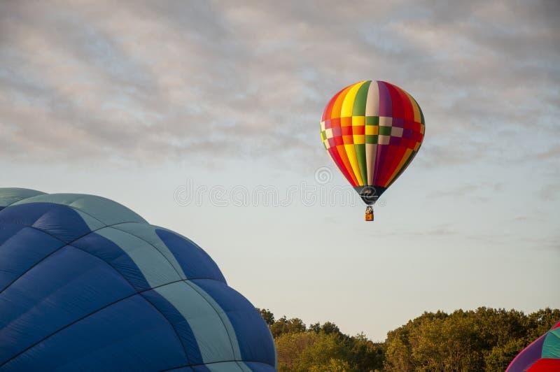 Belo Balão de Ar Quente Colorido - Trinta e Quatro imagem de stock royalty free