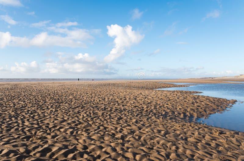 Belo céu azul e areia texturizada, num dia legal de Invernos ensolarados na praia fotos de stock