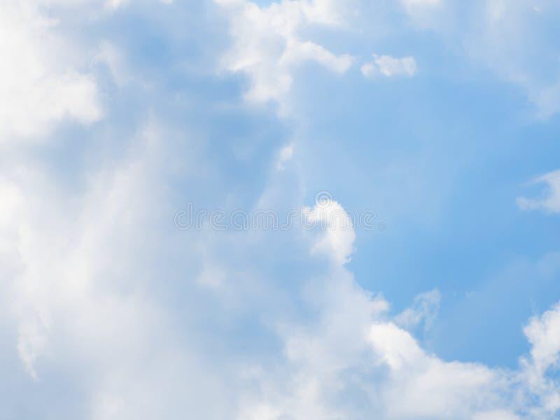 Belo céu ensolarado com nuvens imagem de stock royalty free
