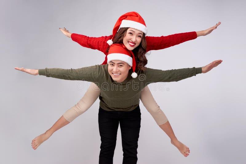 Belo casal asiático de amor tendo piqueteiro nas férias de Natal fotos de stock royalty free