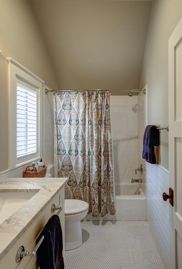 Belo estilo de 1930 remodelar o banheiro com pia de mármore e azulejo branco fotos de stock royalty free