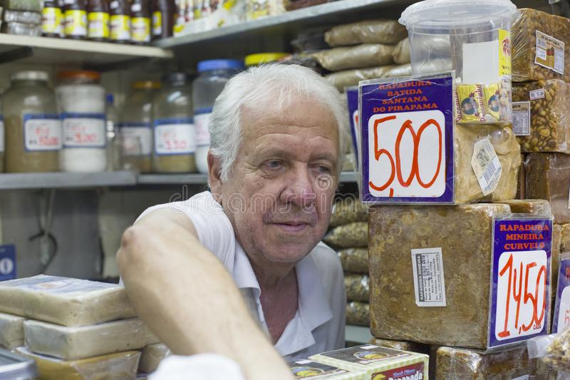 Belo Horizontal, Minas Gerais, Βραζιλία - 16 Ιανουαρίου 2016: Πωλητής της Κεντρικής Αγοράς του Belo Horizontal στο χώρο εργασίας στοκ εικόνα