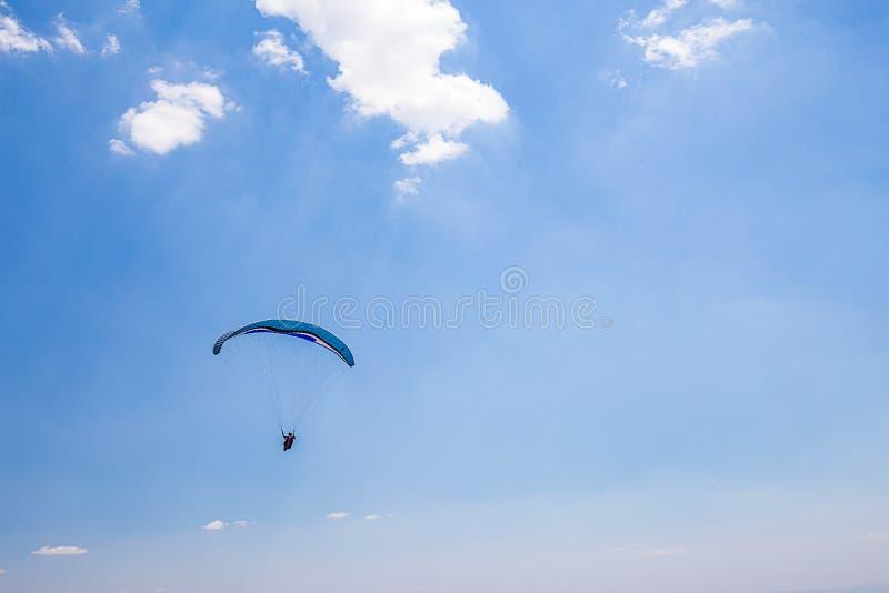 Belo Horizonte, Minas Gerais, Brasile Volo dell'aliante dalla cima fotografia stock