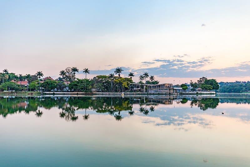 Belo Horizonte Minas Gerais, Brasilien Sikt av Pampulha sjön i s arkivfoton