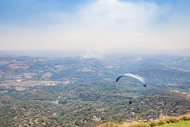 Belo Horizonte, Minas Gerais, Brazilië Glijscherm die vanaf bovenkant vliegen royalty-vrije stock foto's