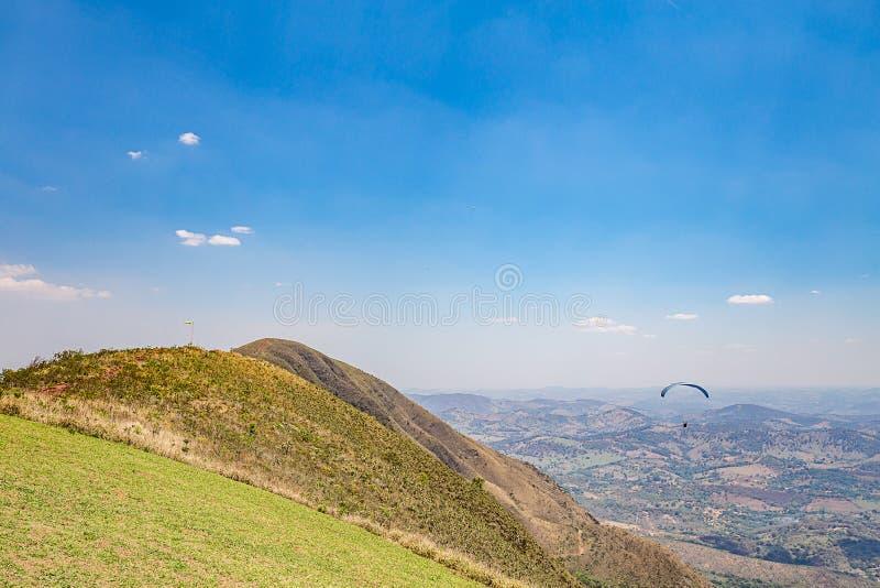 Belo Horizonte, Minas Gerais, Brazilië Glijscherm die vanaf bovenkant vliegen stock fotografie