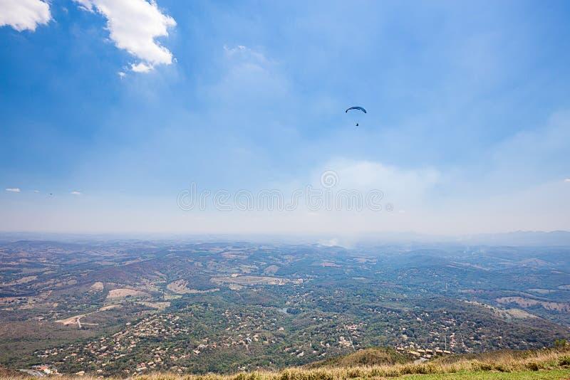 Belo Horizonte, Minas Gerais, Brazilië Glijscherm die vanaf bovenkant vliegen royalty-vrije stock afbeelding