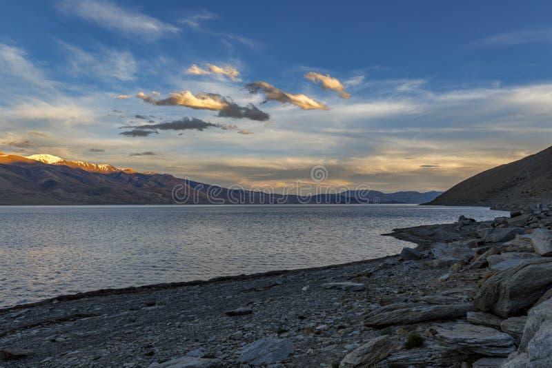 Belo lago Tso Moriri em Ladakh à noite fotografia de stock royalty free
