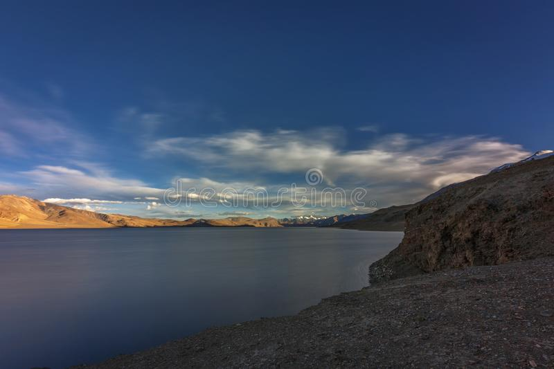 Belo lago Tso Moriri em Ladakh à noite imagens de stock