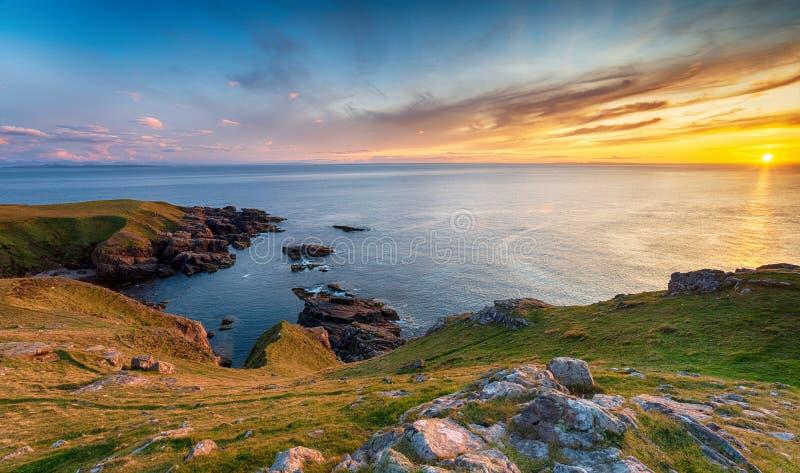Belo pôr do sol de Stoer Head perto de Lochinver na Escócia fotos de stock