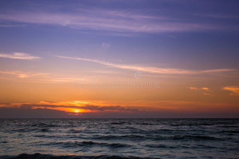 Belo pôr do sol sobre o mar Adriático na Itália imagens de stock royalty free