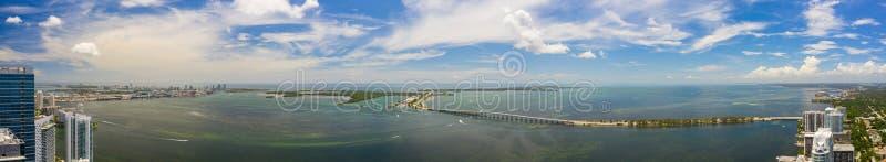 Belo panorama aéreo da Baía de Brickell. A cena inclui pontes de água e o porto com vista para o lado de Key Biscayne imagem de stock royalty free