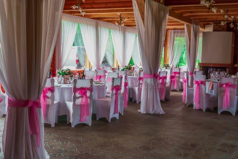 Belo restaurante de casamento decorado para o casamento Condecoração colorida para comemoração Bela noiva interior fotografia de stock royalty free
