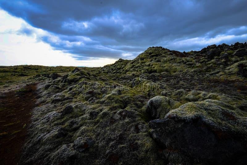 Belo tiro de rochas e colinas de mossy sob um céu nublado imagens de stock royalty free