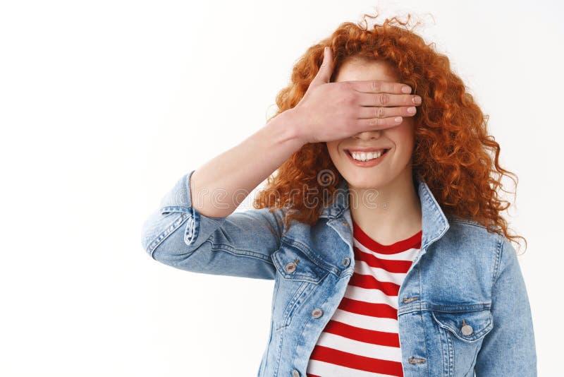 Belofte om te gluren niet haast De mooie gelukkige het glimlachen gember25s meisje het grijnzen witte ogen van de de ogenpalm van stock fotografie
