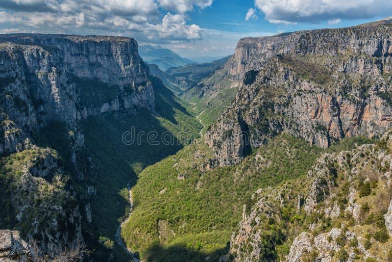 Beloi punkt widzenia nad Vikos wąwozem w Zagori terenie w Grecja obraz royalty free