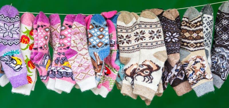 Belokuriha, Republiek Altai/Rusland - 16 September, 2018: De sokken van heel wat gekleurde kinderen op de groene achtergrond Show stock afbeelding