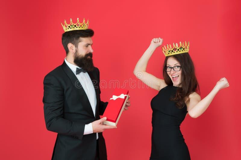 beloning man in smoking en sexy vrouw Gebaarde man en gelukkige vrouw in kroon koninklijk paar in liefde datumsucces Manier stock afbeeldingen