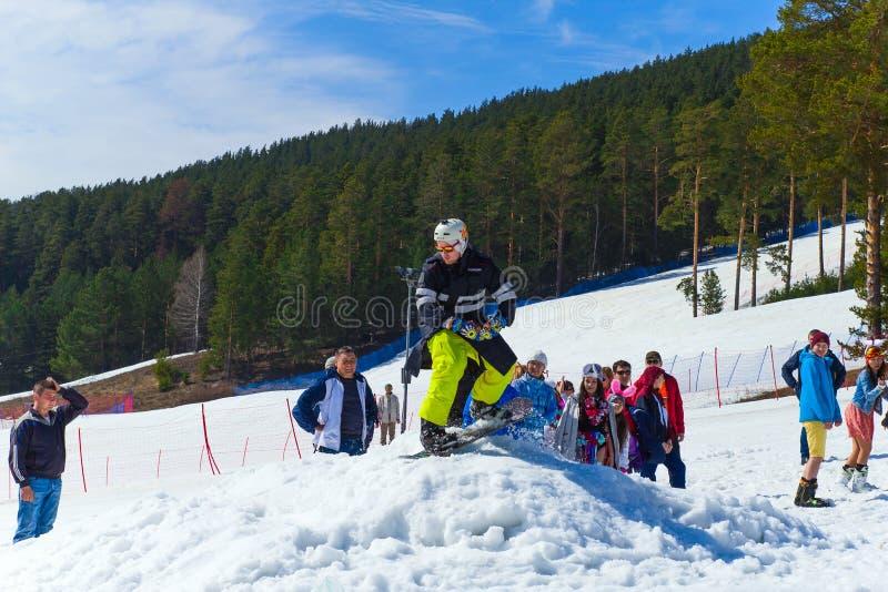 BELORETSK, RUSSLAND, AM 13. APRIL 2019 Mann auf Snowboard macht einen Sprung auf einer Skisteigung im Ural stockfotos