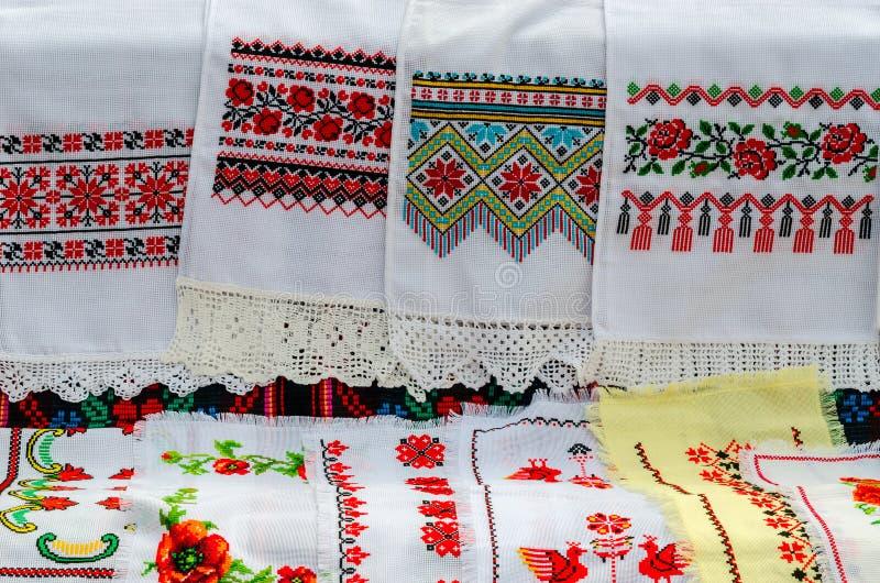Belorussian handdukar med den broderade traditionella prydnaden royaltyfri foto