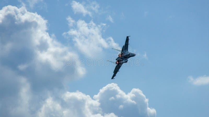 Belorussische Flugzeuge Sukhoi Su-27 wenige Sekunden vor Abbruch stockfotos