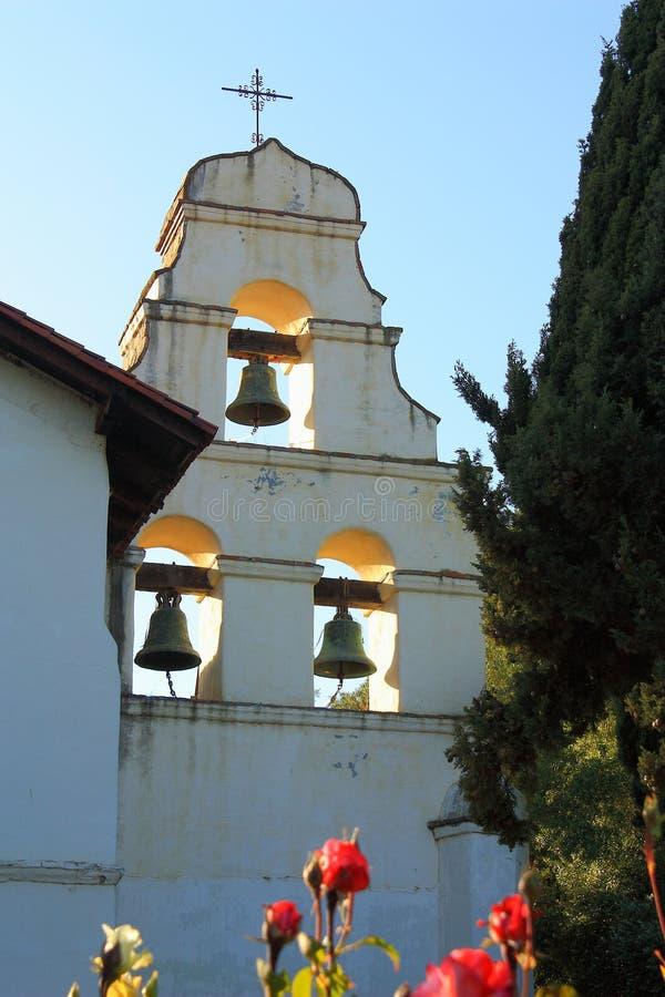 Bels da igreja espanhola da missão em San Juan Battista, Califórnia imagens de stock