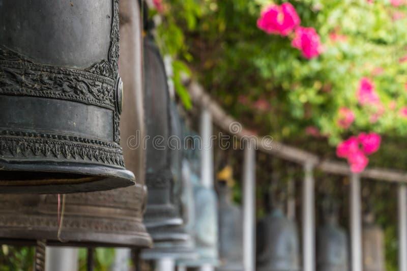 Bels no templo budista em Banguecoque em Tailândia imagem de stock