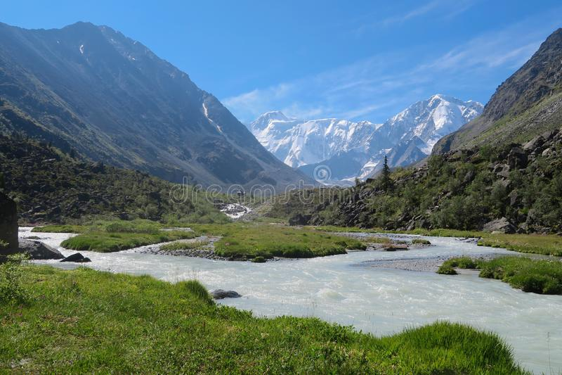 Belukha bergsikt Akkem flod carpathian bergukraine dal Altai berg, Ryssland royaltyfria bilder