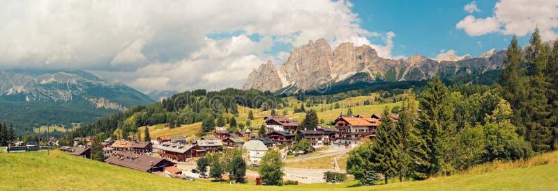 Beluno,意大利8月9日2018年:Cortina di安佩佐山村  库存图片