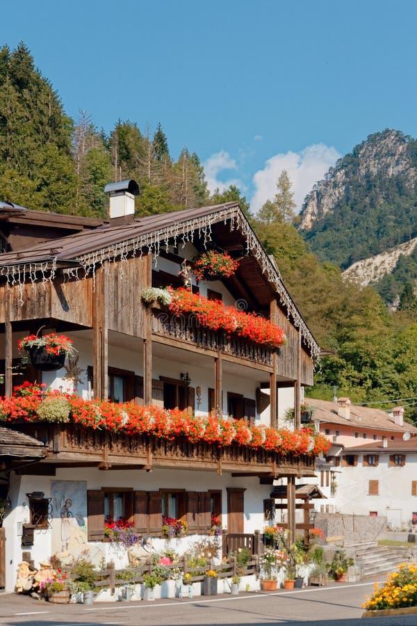 Beluno, Italia 7 de agosto de 2018: Pueblo de montaña de Perarollo di Cadore Casas en las montañas fotografía de archivo libre de regalías