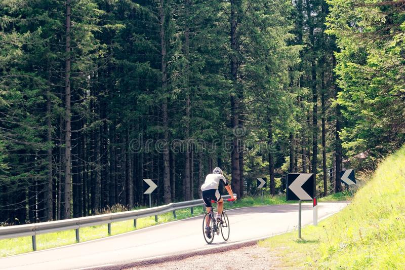 Beluno, Italie 9 août 2018 : Le village de montagne de Cortina di Ampezzo cyclistes de touristes image stock