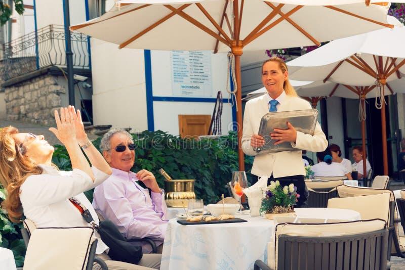 Beluno, Italie 9 août 2018 : Le village de montagne de Cortina di Ampezzo Les gens sur une rue de ville photographie stock