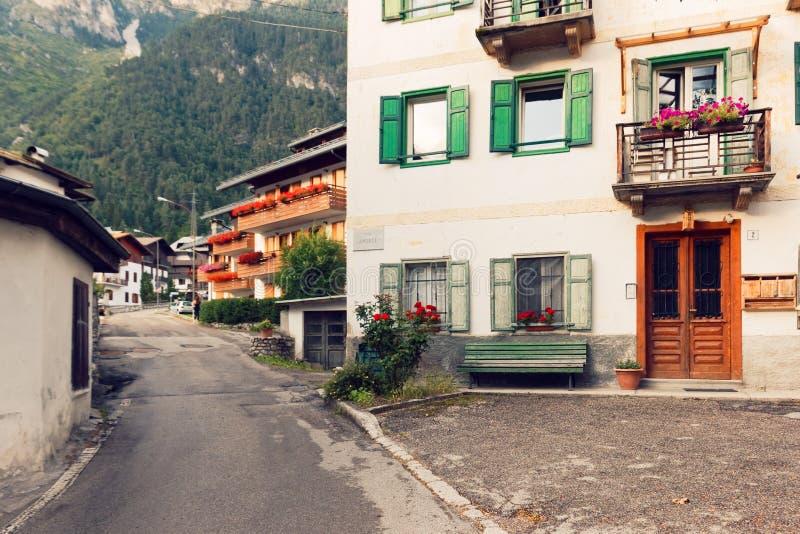 Beluno Italien Augusti 9, 2018: Auronzo di Cadore bergby Hus på bergen royaltyfria foton