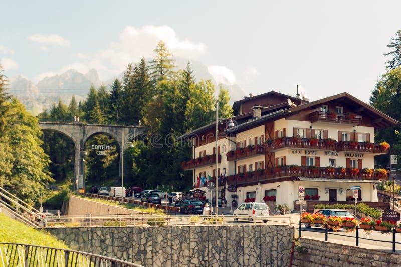 Beluno Italien-Augusti 9, 2018: Bergbyn av Cortina di Ampezzo royaltyfri fotografi