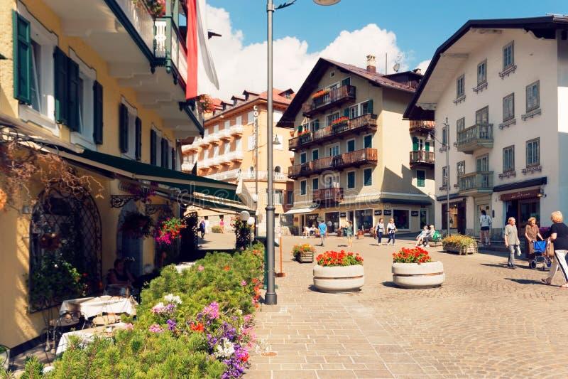 Beluno Italien-Augusti 9, 2018: Bergbyn av Cortina di Ampezzo arkivfoto